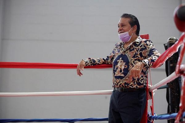 El legendario exboxeador fue sorprendido por un grupo de boxeadores en el gimnasio Pedro