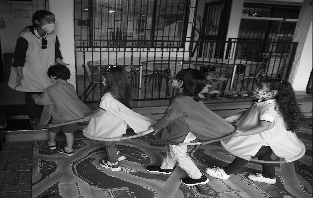 Los que atienden a niños en ausencia de sus padres deben ser personas con un mínimo de conocimiento y tolerancia hacia la conducta infantil. Foto: EFE.