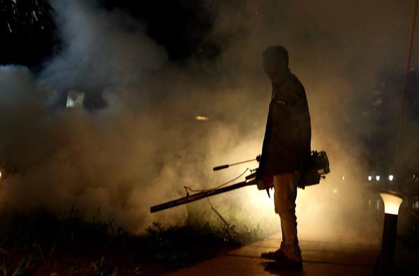 Un hindú fumiga las calles para erradicar al mosquito de la malaria en Cubbon Park. EFE
