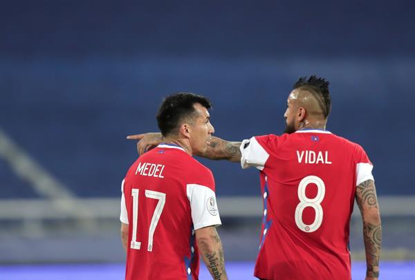 Arturo Vidal y Gary Medel son los futbolistas que figuran en las fotografías cortándose el pelo, imágenes proveniente de sus redes sociales. Foto:EFE
