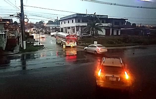 Calles de la ciudad de Colón se anegaron lo que afectó el paso de vehículos. Foto Diomedes Sánchez