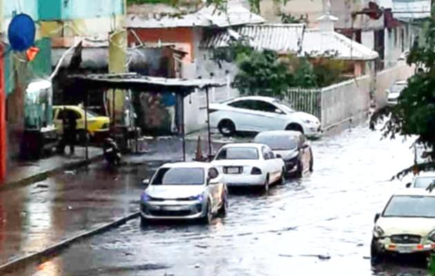 Algunas residencias resultaron afectadas porque el agua ingresó y mojó las pertenencias de sus habitantes. Foto: Diomedes Sánchez