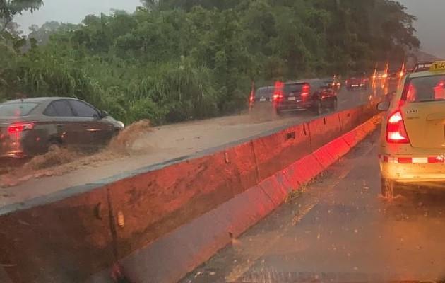 Varias vías inundadas por lluvias registradas este lunes en Panamá y Panamá Oeste. Foto: Cortesía @TráficoCPanamá