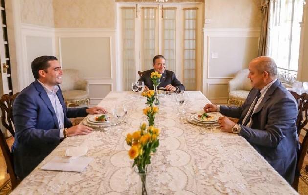 Reunión entre Laurentino Cortizo, José Gabriel Carrizo y el diputado Crispiano Adames. Foto: Cortesía Presidencia