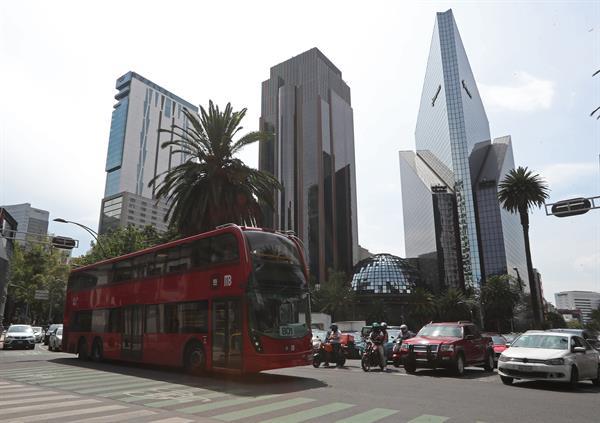 Vista del sistema de transporte Metrobus, circulando por la avenida Reforma en la Ciudad de México (México). Foto: EFE