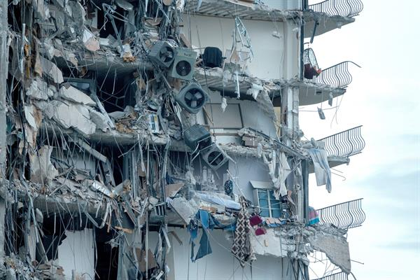 Detalle de los restos de un edificio residencial que se desplomó esta madrugada en Miami Beach. Foto: EFE