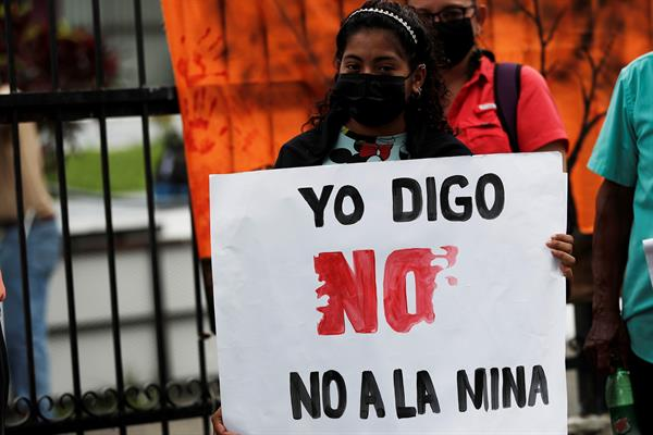 Varias personas participan en una manifestación contra de la minería, en Ciudad de Panamá (Panamá). EFE