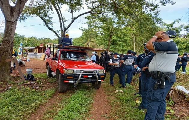 El desalojo de las familias precaristas se realizó en conjunto con personal y maquinaria de la empresa propietaria de los terrenos. Foto: Eric Montenegro
