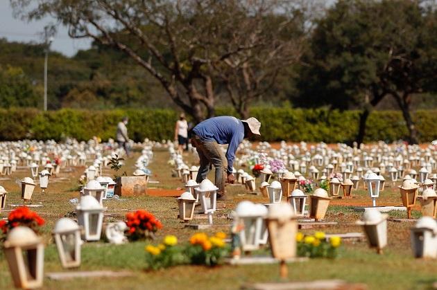 Un funcionario camina en el cementerio Campo da Esperança, en Brasil, uno de los países más azotados por la pandemia del coronavirus. Foto: EFE