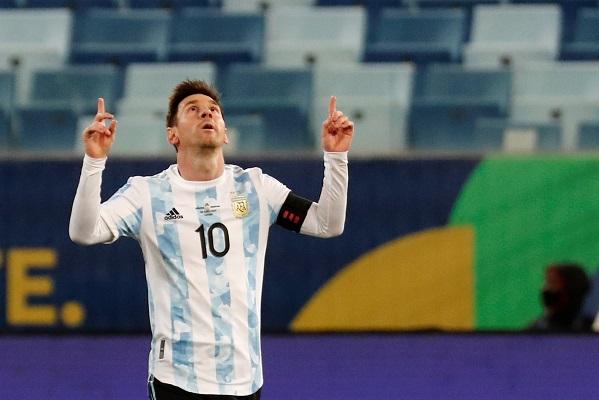 Con esta victoria, Argentina alcanzó la cima del grupo A con 10 puntos. Foto: EFE
