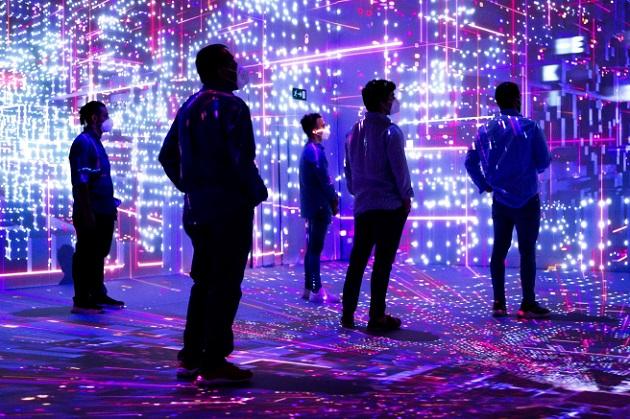 Varios visitantes en el espacio Cloud City del Mobile World Congress (MWC). Foto: EFE