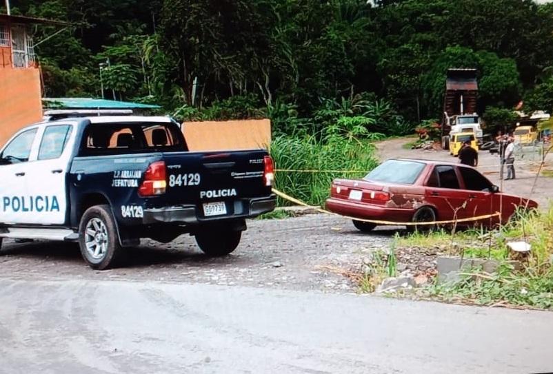 Los que viajaban en el auto rojo optaron por dejarlo abandonado en una calle de tierra. Foto: Eric A. Montenegro