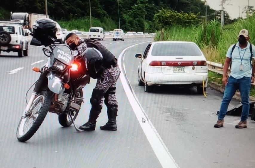 Los heridos abandonaron el auto en que viajaban a orillas de la autopista por El Carrizal. Foto: Eric A. Montenegro