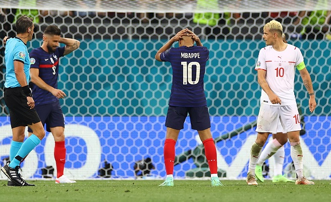 Kylian Mbappé (#10) se fue antes de tiempo del torneo y además sin marcar un solo gol. Foto: EFE