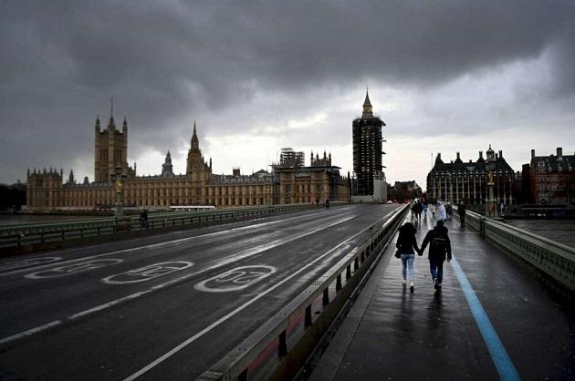 Una pareja pasea por el centro de Londres, la ciudad más afectada por la aparición de una nueva cepa del coronavirus en Reino Unido. Foto: EFE