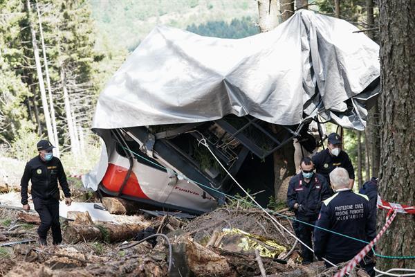 Estado en el que quedó la cabina del teleférico que unía el monte alpino de Mottarone y la localidad de Stresa (norte), tras su caída al vacío, el pasado 23 de mayo. Foto: EFE