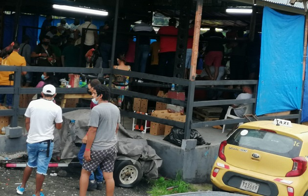 En la gallera en el sector de Cativá no cumplía con el aforo establecido por las autoridades de salud. Foto: Diomedes Sánchez