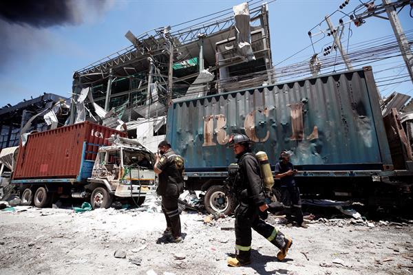 Los bomberos continúan luchando contra varios focos del incendio provocado por la explosión en la fábrica. Foto: EFE