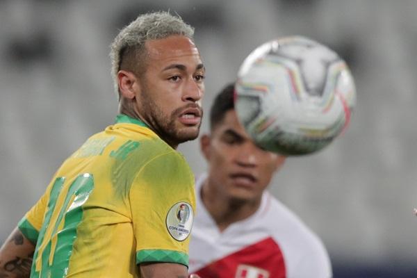 Neymar intenta controlar el balón. Foto:EFE