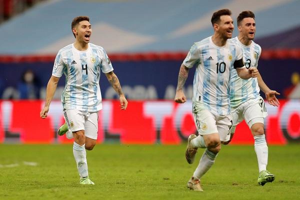 Messi (10) festeja la clasificación de Argentina a la gran final de la Copa América. Foto:EFE