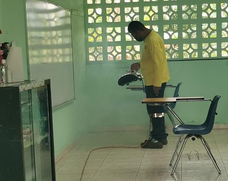 Tareas de desinfección en las escuelas de El Lirio y Santa Cruz. Foto: Eric A. Montenegro