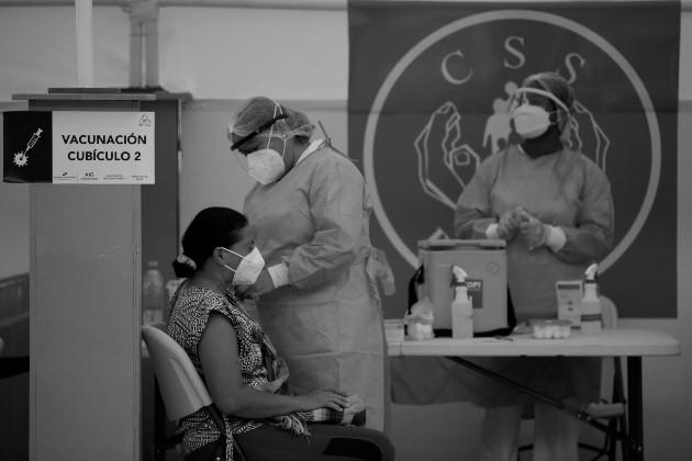 Porque contar con tan solo un 15% de la población plenamente vacunada a la fecha resulta inexcusable, amén del efecto dominó en nuestra economía que demorará décadas en recobrarse. Foto: EFE.