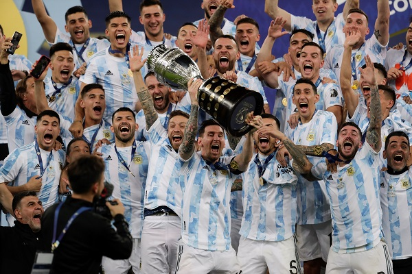 Messi levanta el trofeo como campeón de la Copa América con Argentina. Foto:EFE