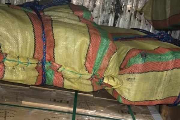 La droga estaba escondida dentro de los contenedores en varios sacos de color amarillo, rosado y verde. Foto: Diomedes Sánchez