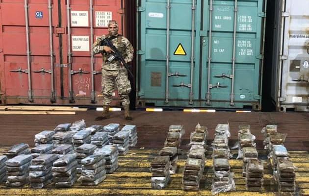 La droga fue bajada del contenedor y contada. Foto: Diomedes Sánchez