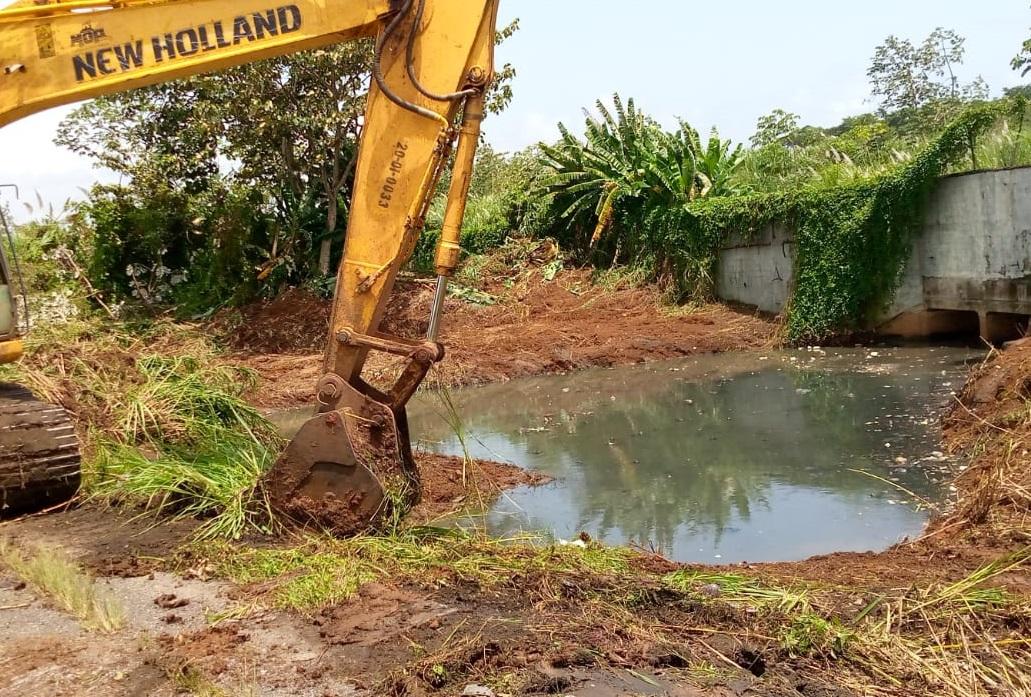 Limpian el canal que va hasta el área de la Zona Libre de Colón. Foto: Diómedes Sánchez
