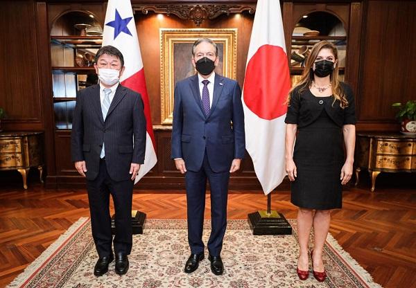 El canciller de Japón, Toshimitsu Motegi (izq.), y el presidente Laurentino Cortizo sostuvieron una reunión de más de media hora. Foto: Cortesía Presidencia