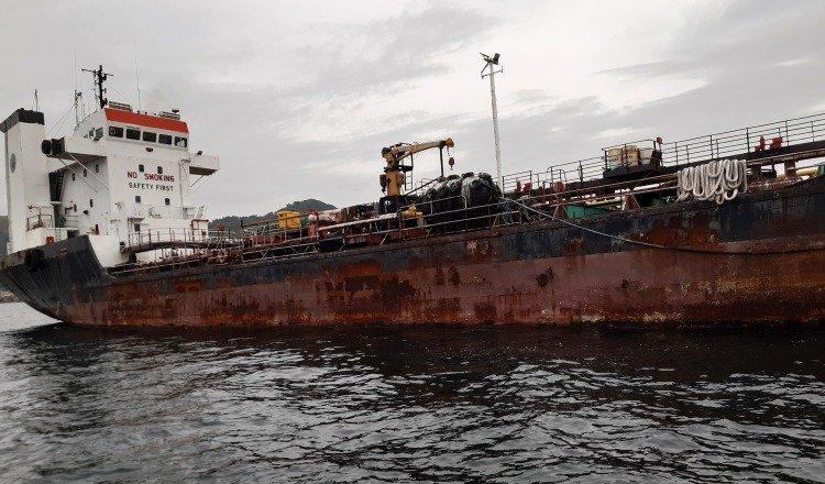 La bahía de Panamá tiene barcos náufragos, como el de la foto. Archivo