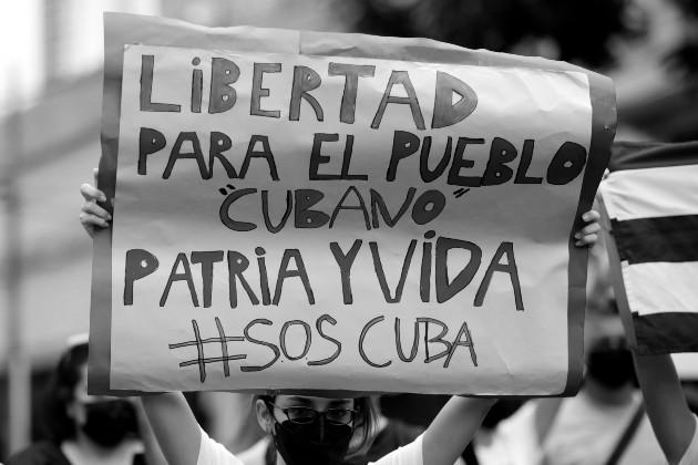 Ciudadanos cubanos residentes en Panamá, protestaron este sábado 17, por la libertad, frente a la embajada de Cuba en esta ciudad. Foto: EFE.