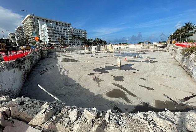 Fotografía divulgada hoy por el senador Jason Pizzo en sus redes sociales, donde se muestra el solar donde hasta hace poco había una montaña de escombros de un edificio residencial cuya mitad colapsó en Miami-Dade.