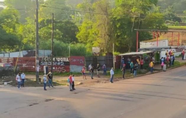 En el corregimiento de Nuevo San Juan, y hasta la ciudad de Colón, se observaron las paradas llenas de personas. Foto: Diomedes Sánchez