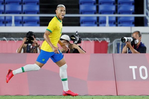 Brasil comenzó la defensa de su título olímpico con un triplete de Richarlison y una goleada a Alemania. Foto: EFE
