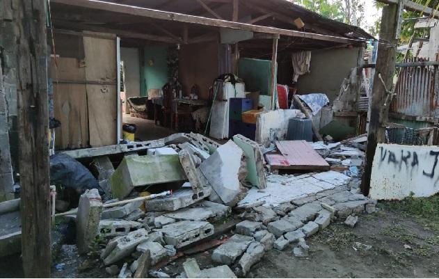 Una de las viviendas perdió el muro trasero por el fuerte movimiento telúrico. Foto: Mayra Madrid