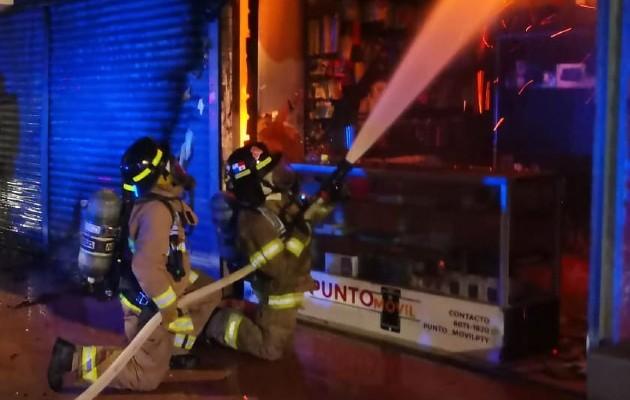 Al esfuerzo de las unidades de los bomberos se sumó personal del Sistema Nacional de Protección Civil. Foto: Mayra Madrid