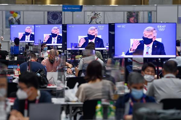 El presidente del Comité Olímpico Internacional (COI), Thomas Bach, es exhibido en las pantallas de televisión en el Olympic Media Center en Tokio, Japón. Foto:EFE