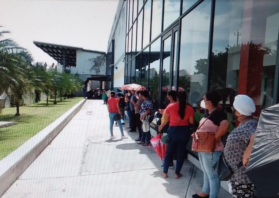 Los asistentes a la vacunación hacen largas filas y no se está midiendo el peligro de contagio. Foto: Melquiades Vásquez