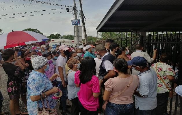 Los ciudadanos acudieron a la Escuela Victoria D'Spinay para vacunarse. Foto: Mellibeth González