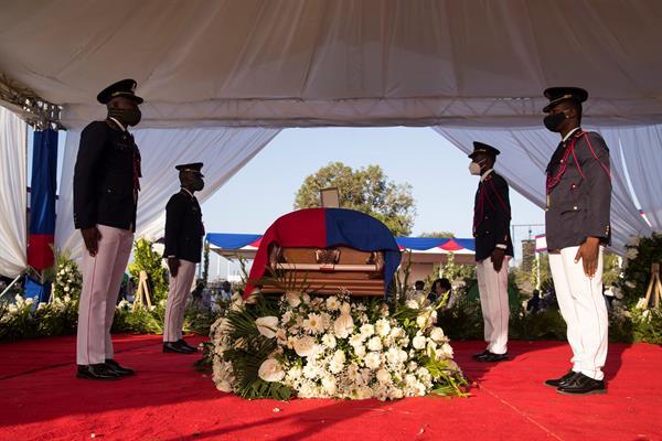Policías custodian el féretro con el cuerpo del presidente Jovenel Moise durante el inicio de su ceremonia fúnebre hoy, en Cap-Haitien (Haití). EFE