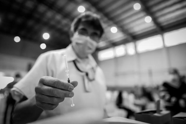 Para erradicar por completo la pandemia, hay que vacunar a todos. Los casos de Francia e Italia aun no aplican para Panamá porque los niveles de vacunación son en extrema bajos. Foto: EFE.