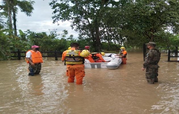 Los estamos de la Fuerza de Tarea Conjunta, han logrado el rescate de más de 450 personas que se encontraban atrapadas e incomunicadas por la creciente de quebradas y ríos. Foto: Cortesía Sinaproc
