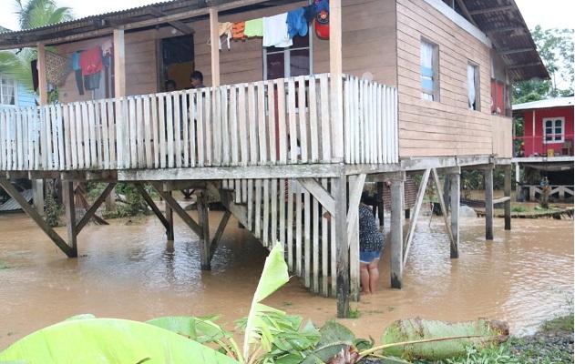 Evalúan la situación de varias residencias afectadas por las fuertes lluvias. Foto: Cortesía Sinaproc