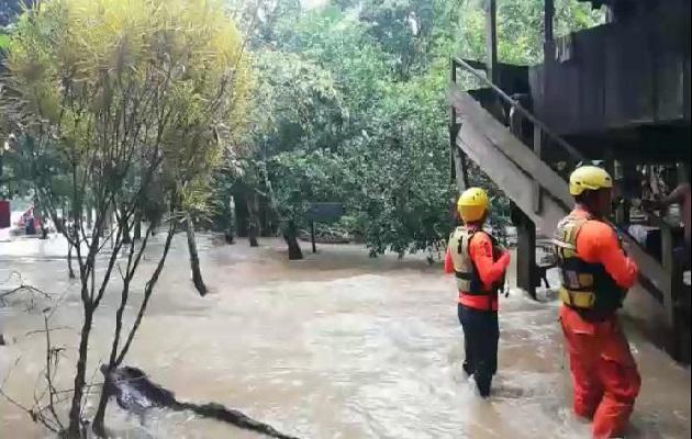 Las autoridades inspeccionaron las viviendas solicitando la salida de sus residentes por representar algún peligro. Foto: Cortesía Sinaproc