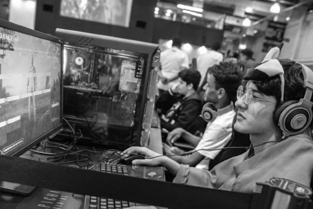 Un porcentaje significativo de la Generación Z, reportó un aumento en el consumo de medios digitales, impulsado por un mayor uso de videos en línea, videojuegos y películas de TV. / transmisión en línea. Foto: EFE.