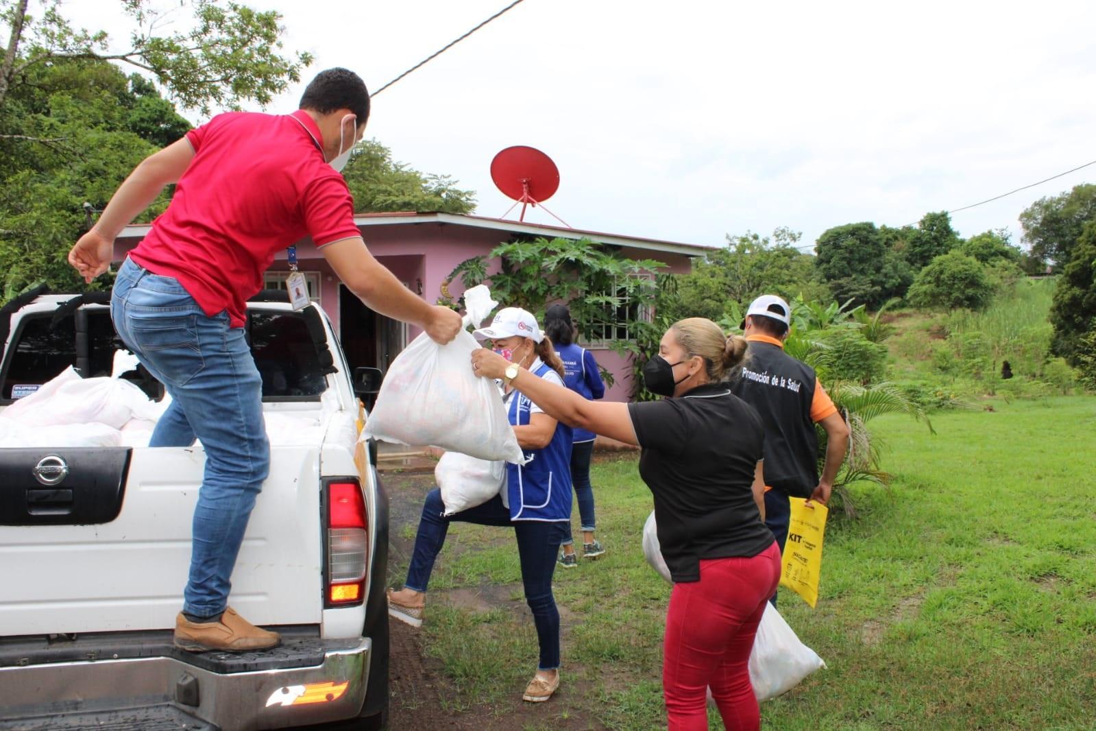 Personal del Sinaproc se mantiene prestando ayuda a las familias afectadas. Foto: Melquiades Vásquez