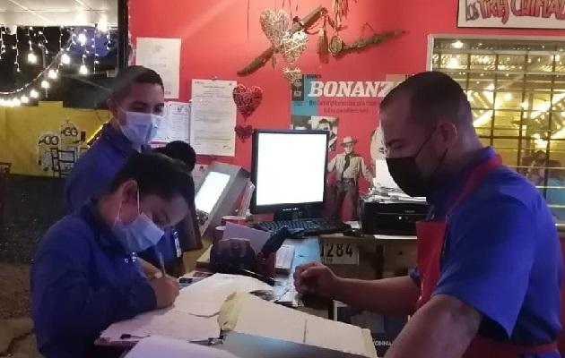 Los inspectores del Mitradel visitaron cuatro centros de expendio de comida. Foto: Mayra Madrid