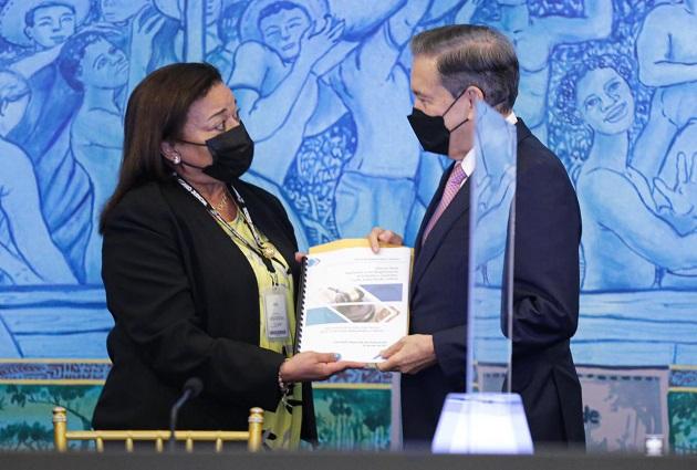 El mandatario Laurentino Cortizo recibió el informe de manos de la representante de la Asociación Panameña de Magistrados y Jueces, Ruby de Ibarra. Foto: Cortesía Presidencia